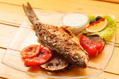 Grilled fish with vegetables — Stockfoto