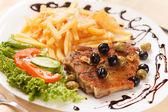 Steak vom grill mit pommes frites — Stockfoto