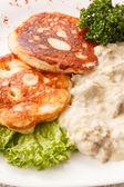 Pfannkuchen mit sauce — Stockfoto