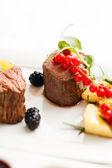 стейк со свежими ягодами — Стоковое фото