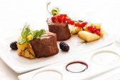 Steak with fresh berries — ストック写真