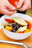 человек, делая овощи на гриле — Стоковое фото