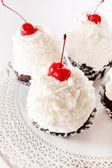 Cupcakes with cream and cherry — Stock Photo