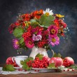 Autumn bouquet flower and tea — Stock Photo