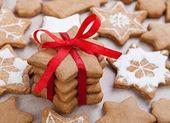 Świąteczne dekoracje. ciasteczka, czerwoną wstążką i łuk — Zdjęcie stockowe