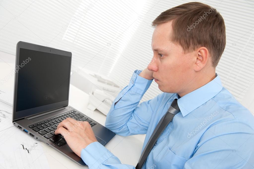 Ejecutivo hombre trabajando en la computadora port til en for Oficina portatil