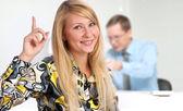 Souriante jeune femme lors d'une réunion d'affaires au bureau — Photo