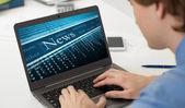 Zakenman lezen op zijn laptop de bedrijfs tribune nieuws — Stockfoto