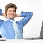 empresario guapo sonriente relajante en una oficina — Foto de Stock