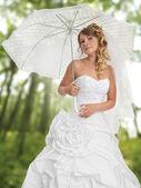 森の中に屋外の美しい花嫁 — ストック写真