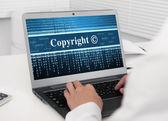 Computer portatile con copyright messaggio sullo schermo — Foto Stock