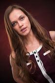 Mooie jonge vrouw met lang donker haar — Stockfoto
