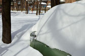 Coche debajo de la nieve — Foto de Stock