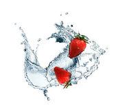 Jordgubbar i vatten — Stockfoto