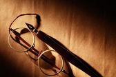 Penna e occhiali — Foto Stock