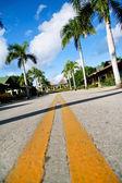 Amarelo dividindo linhas na estrada — Foto Stock