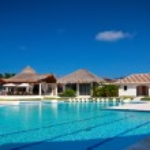 Swimming pool in tropical resort — Stock Photo