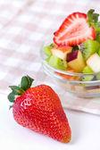Insalata di fragole e frutta nel piatto bianco — Foto Stock