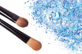 Crumbled eyeshadow with brush — Stock Photo