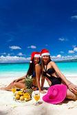 Celebrando la navidad en playa tropical — Foto de Stock