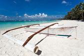 ξύλινο καραβάκι σε τροπική παραλία με λευκή άμμο — Φωτογραφία Αρχείου