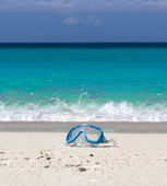 Swimming mask on white sand on tropical beach — Stock Photo