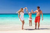Lycklig familj att ha kul på stranden — Stockfoto
