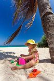 Niña jugando en la playa — Foto de Stock