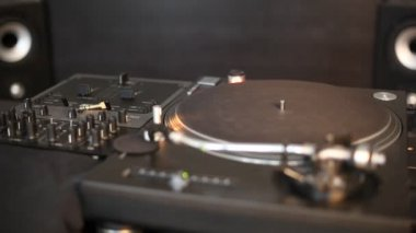 Spinning dj turntable — Vídeo Stock