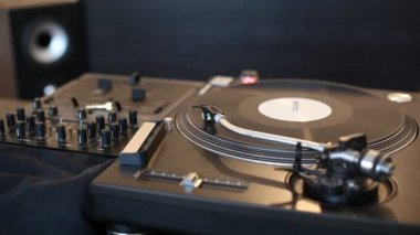 Turntable in night club — Stok video