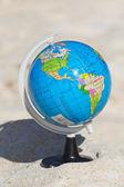 Globo sulla sabbia — Foto Stock