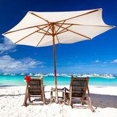 Parasol z santa claus kapelusz na krzesła — Zdjęcie stockowe