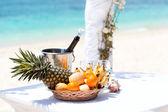 熱帯のビーチの美しい結婚式のアーチ — ストック写真