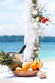 Belle arche de mariage sur la plage tropicale — Photo