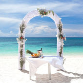 Beautiful wedding arch on tropical beach — Stock fotografie