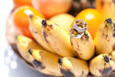 Wedding rings on bananas fruit, wedding in tropics — ストック写真