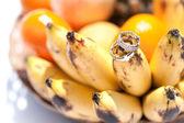 Wedding rings on bananas fruit, wedding in tropics — Stockfoto