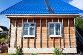 Gebouw huis, installatie van gegalvaniseerd krat — Stockfoto