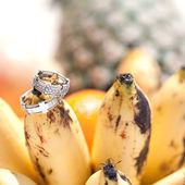 Wedding rings on bananas fruit, wedding in tropics — Stock Photo