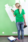 Mladá žena maluje zeď — Stock fotografie