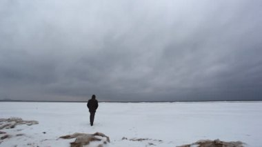 Man goes on ice of the Gulf of Finland — 图库视频影像