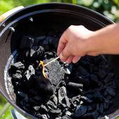 Accendendo un fiammifero, bruciare un carbone — Foto Stock
