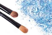 Crumbled eyeshadow with brush — Stock Photo