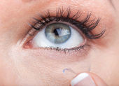 Woman eye with contact lens applying — 图库照片