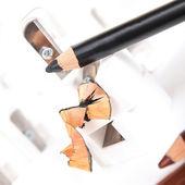 Puntenslijper en make-up potloden met schil — Stockfoto