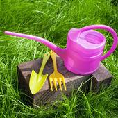 инструменты сада на зеленой траве — Стоковое фото
