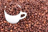 Bílý hrnek s kávová zrna — Stock fotografie