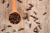 Karanfil, tahta kaşık — Stok fotoğraf