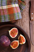 Fresh figs, old knife and towel — Stock Photo