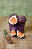 Bowl with fresh figs and old knife — Stock Photo